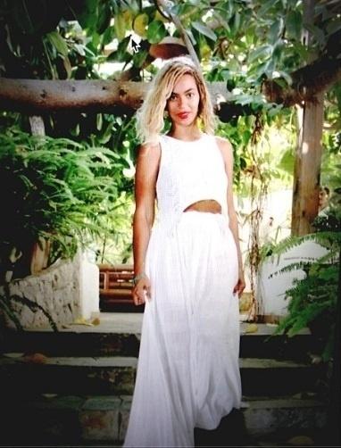 12.set.2013- Beyoncé posa com árvore ao fundo. A cantora publicou a imagem no Instagram, sem legenda. Alguns internautas comentaram que a foto deve ter sido tirada em Trancoso, na Bahia.  A cantora se apresentano Rock in Rio 2013, no Rio de Janeiro, nesta sexta-feira, 13
