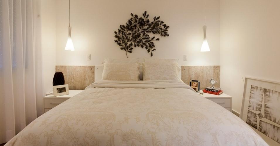 A arquiteta Mayra Lopes recorreu a tons neutros para este quarto (15 m²), cuja cabeceira em laminado remete ao desenho da madeira. A escultura de parede, sobre o leito, se destaca na composição e é ladeada por dois pendentes que substituem os abajures. A roupa de cama estampada bege clara dá o toque romântico ao dormitório