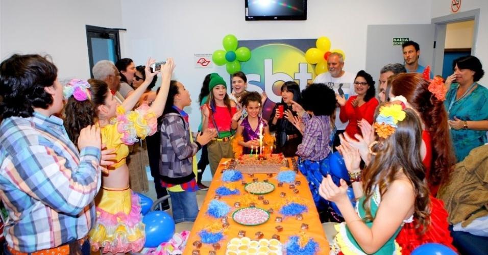 """Atriz que interpreta a Tati em """"Chiquititas"""" ganha festa de aniversário nos bastidores"""