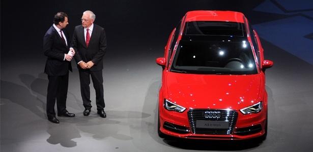 """Ulrich Hackenberg (à direita), chefe de engenharia da Audi, apresenta A3 e-tron na prévia ao Salão de Frankfurt: """"Desenvolvimento do Brasil é fundamental nos próximos anos"""" - Murilo Góes/UOL"""
