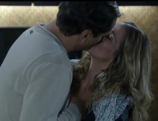 """Em """"Amor à Vida"""", Niko quase flagra beijo de Amarilys e Eron"""