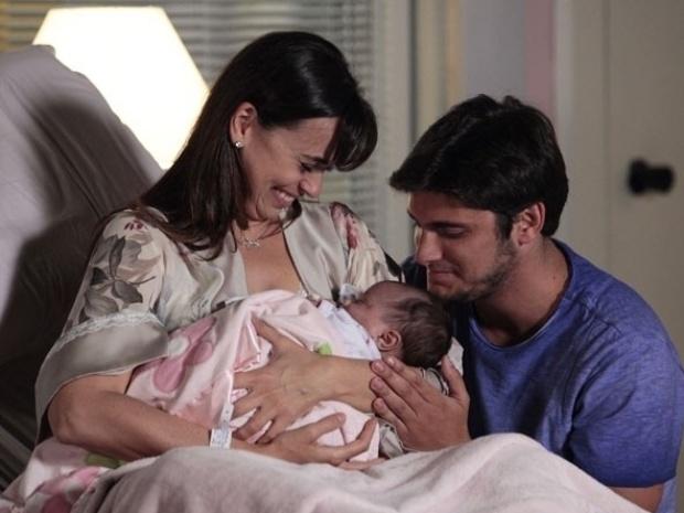 """Em """"Flor do Caribe"""", nasce a filha de Natália e Juliano"""
