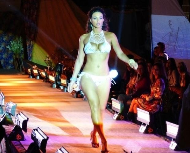 """Em """"Flor do Caribe"""", Taís arrasa de biquíni no desfile de Lino"""