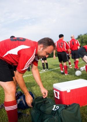 Além da chuteira e do uniforme do time, a bolsa deve conter alguns itens de higiene pessoal e beleza - Thinkstock