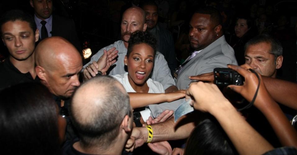 12.set.2013 - Alicia Keys atende fãs na saída de seu show em São Paulo