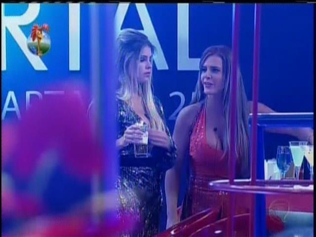 12.set.2013 - Bárbara se aproxima de Denise para falar sobre votação