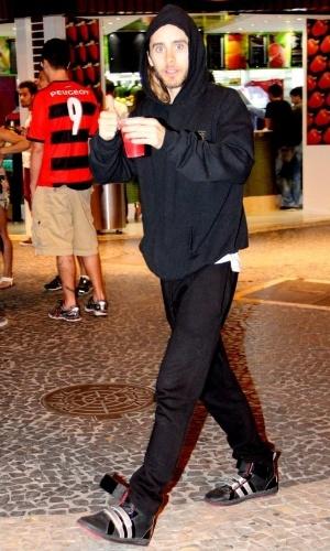 12.set.2013 - Jared Leto, ator e vocalista da banda Thirty Seconds to Mars, acena para fotógrafo ao deixar lanchonete no Leblon, zona sul do Rio de Janeiro