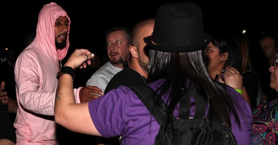 12.set.2013 - O DJ e produto Swizz Beatz (esq.) ajuda os seguranças na proteção de sua mulher, a cantora Alicia Keys