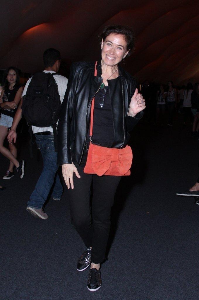 13. set. 2013 - Lília Cabral sorri para fotógrafos na área VIP no Rio in Rio
