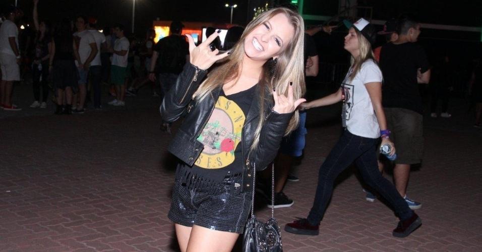 """13.set.2013 - A atriz Carlas Diaz vai com camiseta do Guns n' Roses em noite de Beyoncé no festival. """"Hoje é dia de rock bebê!"""", brincou a atriz em seu Instagram"""