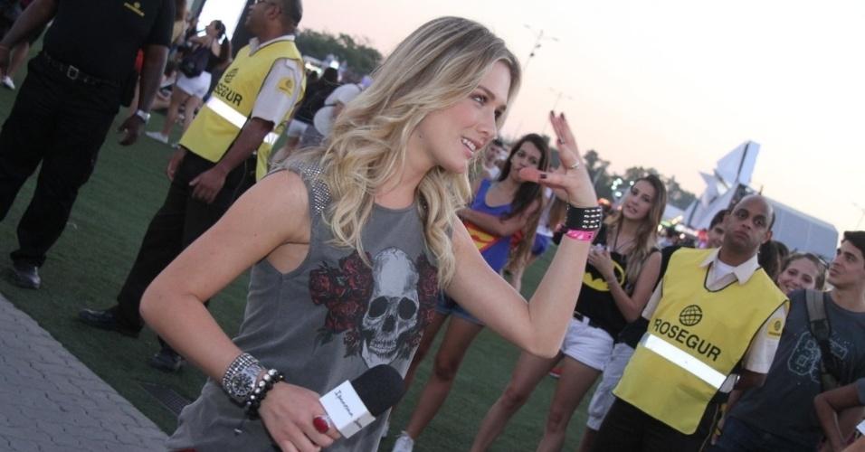 13.set.2013 - A atriz e apresentadora Fiorella Matheis trabalha fazendo uma ação promocional no primeiro dia do Rock in Rio