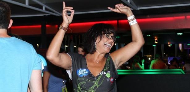 13.set.2013 - A atriz Solange Couto dança em camarote da primeira noite do Rock in Rio