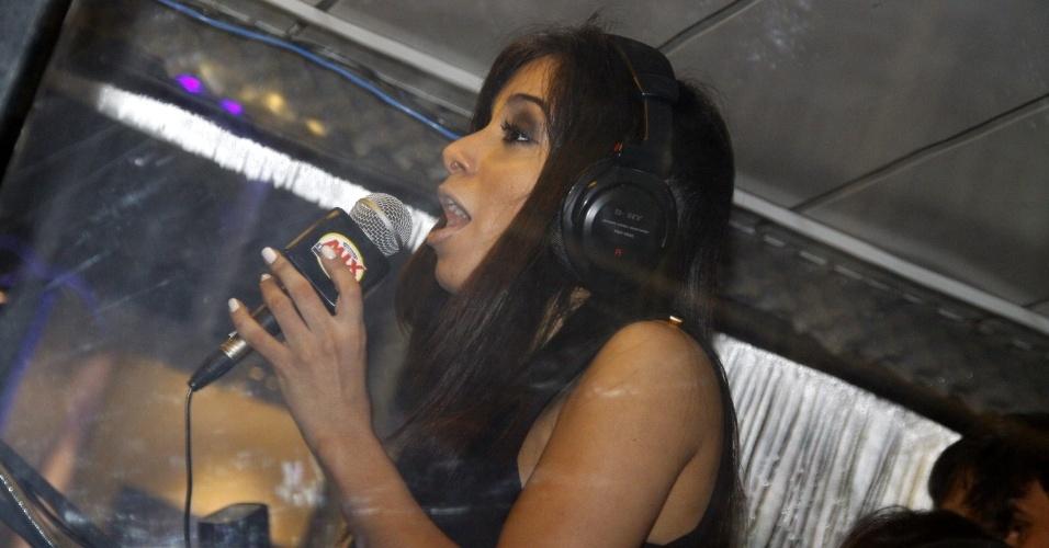 13.set.2013 - Anitta vai até cabine de uma rádio, na Cidade do Rock, e deixa fãs enlouquecidos