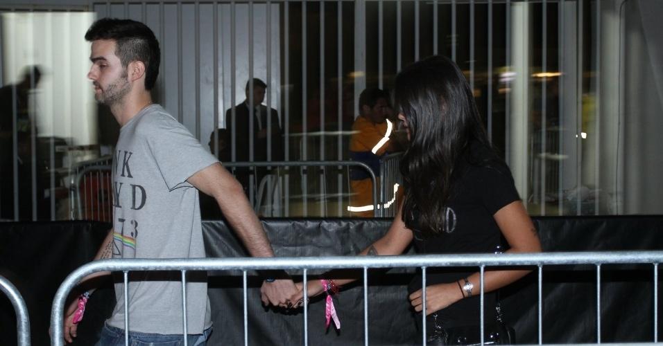 13.set.2013 - Antonia Morais chega acompanhada do namorado, o empresário Romeu Bentes-Montenegro, ao festival. Em 2011, a atriz ficou com Bruno Fagundes em uma das noites do Rock in Rio