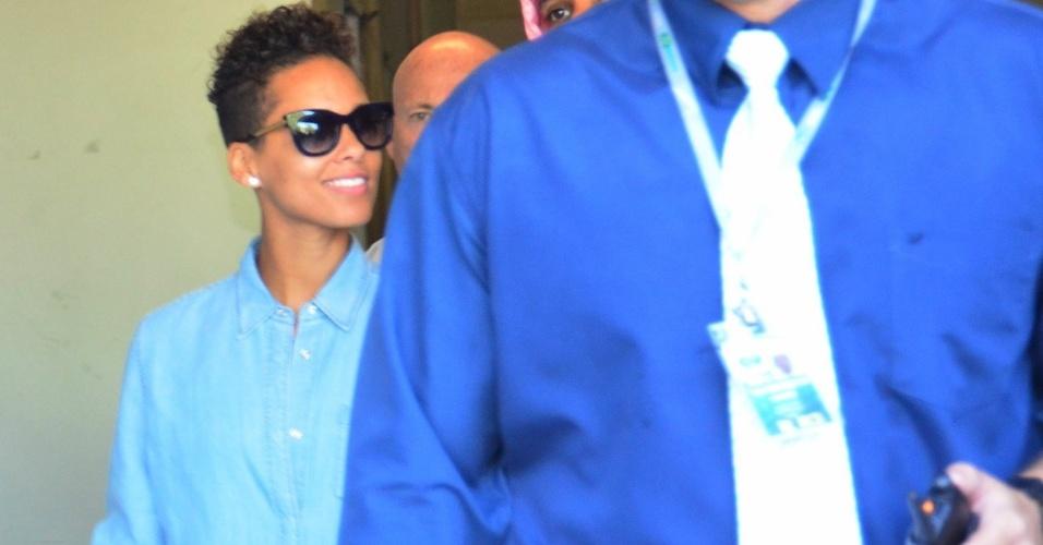 13.set.2013 - Após se apresentar em São Paulo na quinta-feira (12), Alicia Keys desembarca no aeroporto Santos Dumont, no Rio de Janeiro. A cantora estava cercada por seguranças