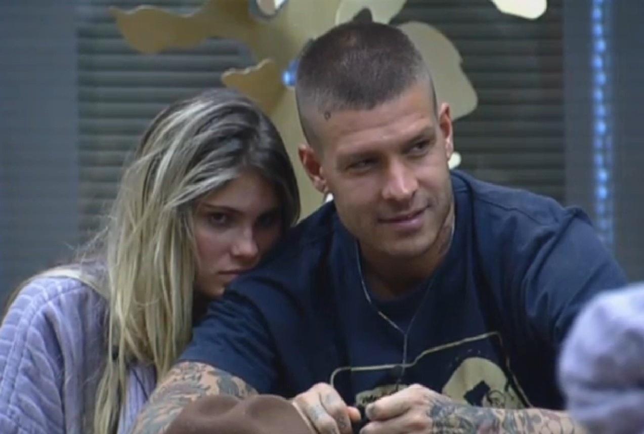 13.set.2013 - Bárbara Evans e Mateus Verdelho trocam carícias na cozinha