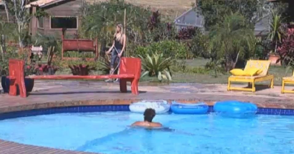 13.set.2013 - Bárbara Evans falou sobre Andressa com Gominho enquanto o peão se refrescava na piscina