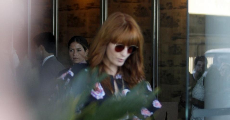 13.set.2013 - De óculos escuros, Florence Welch, da banda Florence + The Machine, deixa o hotel Fasano, em Ipanema, no Rio de Janeiro. Ela acenou para os fãs, mas não parou para falar com eles