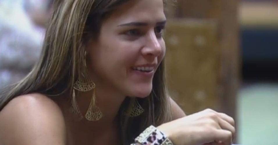 13.set.2013 - Denise Rocha conversando na cozinha