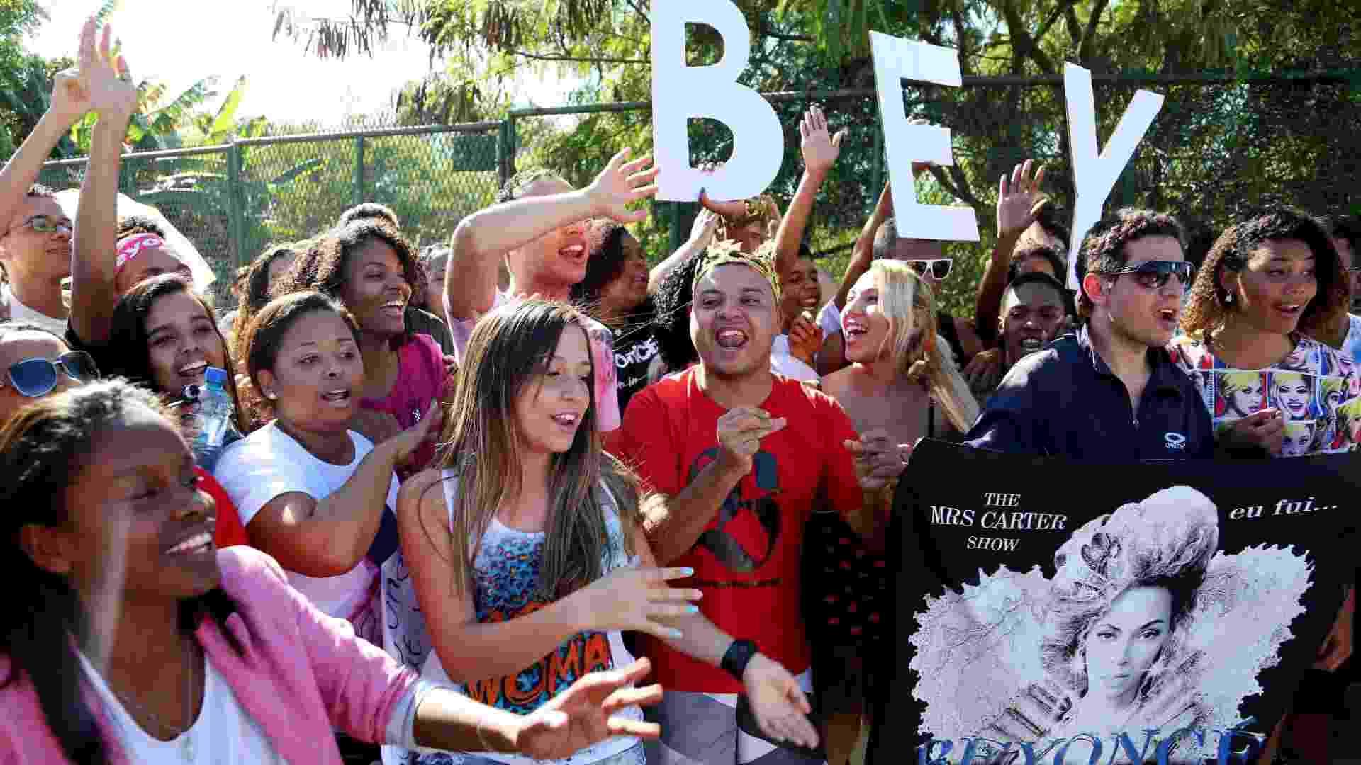 13.set.2013 - Fãs de Beyoncé se concentram na frente da Cidade do Rock para o show que a cantora fará nesta sexta no palco Mundo - Fernando Maia/UOL