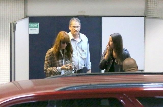 13.set.2013 - Florence Welch, da banda Florence + The Machine, desembarca no Aeroporto Internacional Tom Jobim, o Galeão, no Rio de Janeiro. A cantora se apresenta com seu grupo no Rock In Rio neste sábado (14)