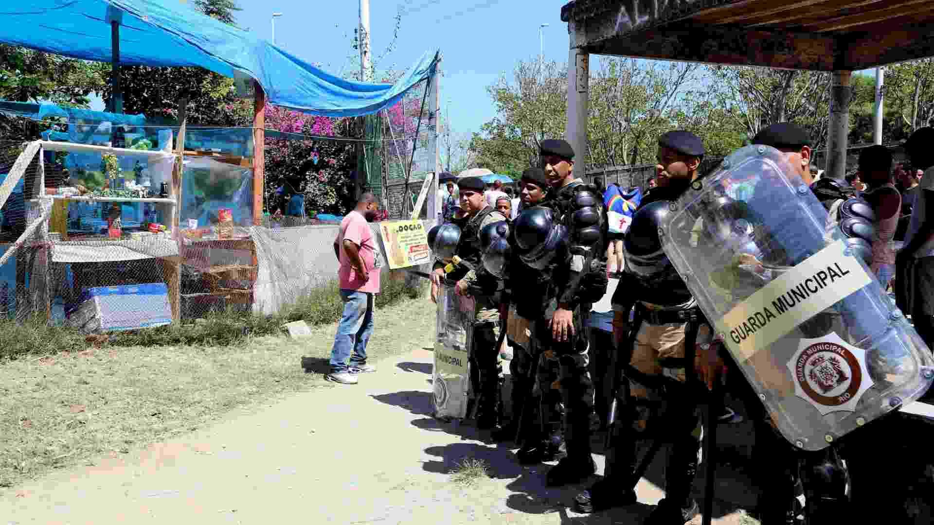 13.set.2013 - Guarda Municipal do Rio proíbe venda de alimentos e bebidas em local não autorizado na fila do Rock in Rio - Fernando Maia/UOL