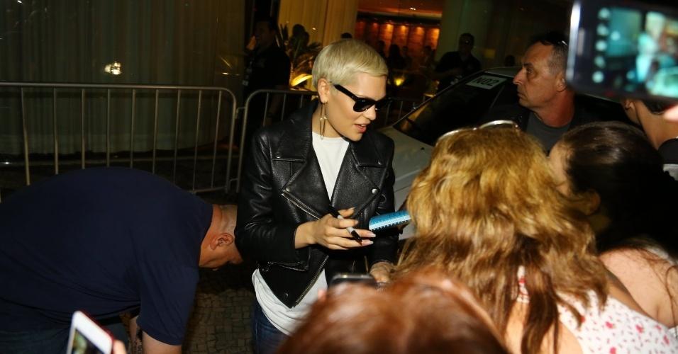 13.set.2013 - Jessie J distribui autógrafos ao desembarcar no aeroporto Santos Dumont, no Rio de Janeiro. A cantora pop é uma das atrações do Rock in Rio neste domingo (15)