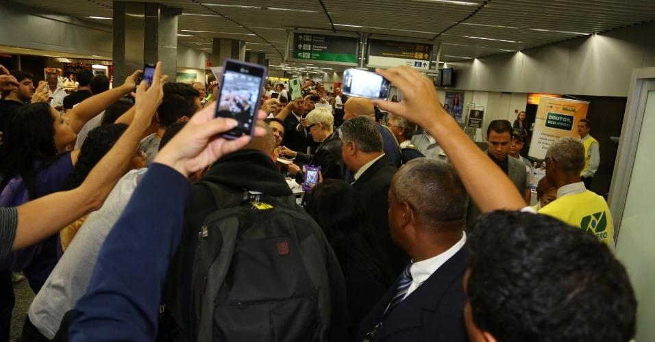 13.set.2013 - Jessie J é cercada por fãs ao desembarcar no aeroporto Santos Dumont, no Rio de Janeiro