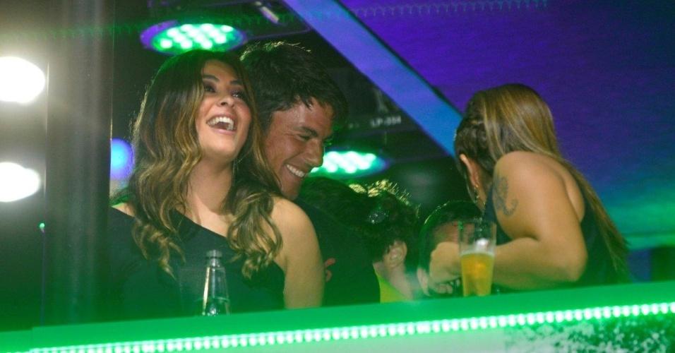13.set.2013 - Juliana Paes troca carinhos com marido, Carlos Eduardo Baptista, em camarote do Rock in Rio