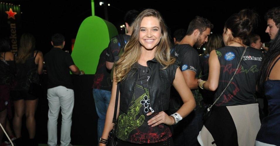 13.set.2013 - Juliana Paiva sorri para fotógrafos na primeira noite do Rock in Rio