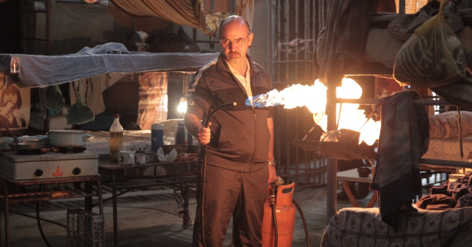 """13.set.2013 - Luis Gnecco (Mario Moreno) em cena do primeiro episódio da série chilena """"Prófugos"""", inspirada em caso real ocorrido no Chile"""