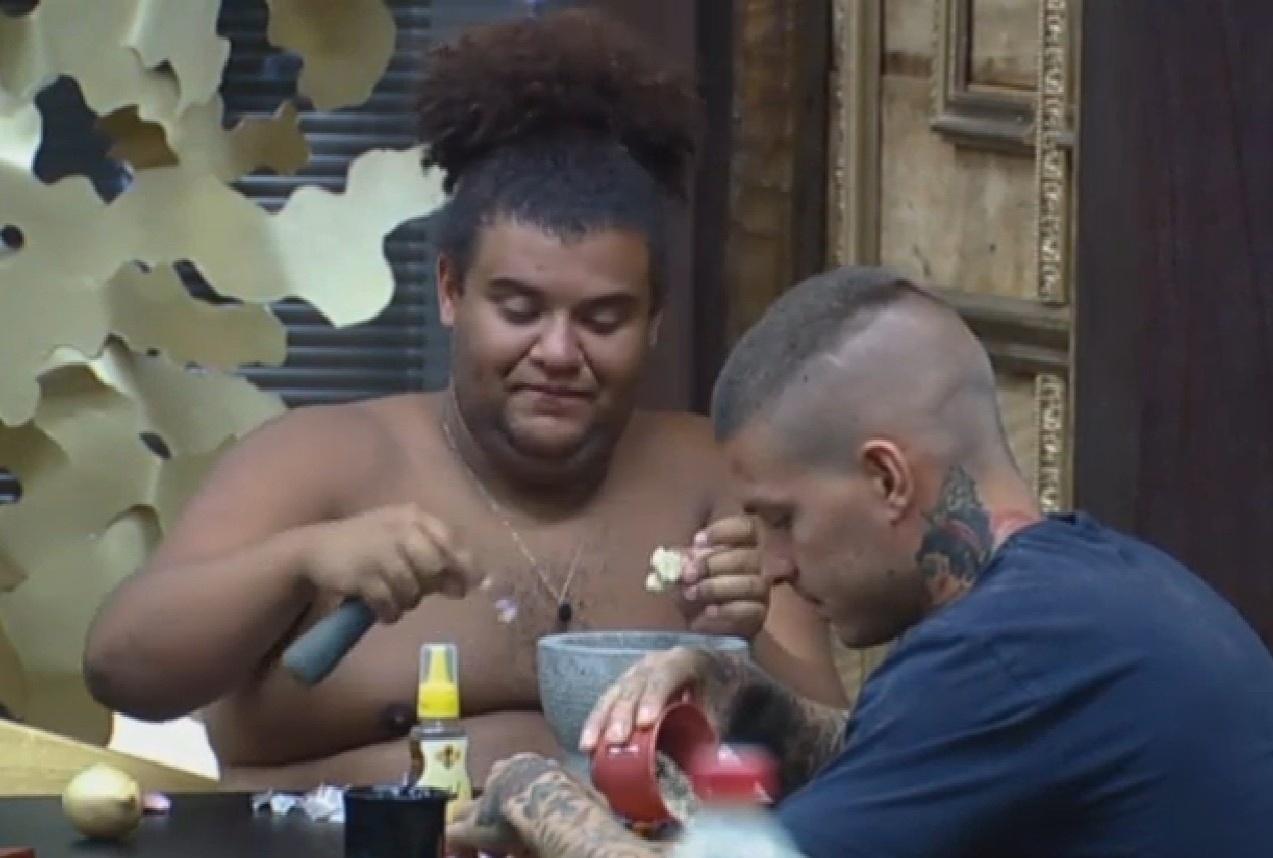13.set.2013 - Matteus Verdelho ajudando Gominho a preparar o almoço