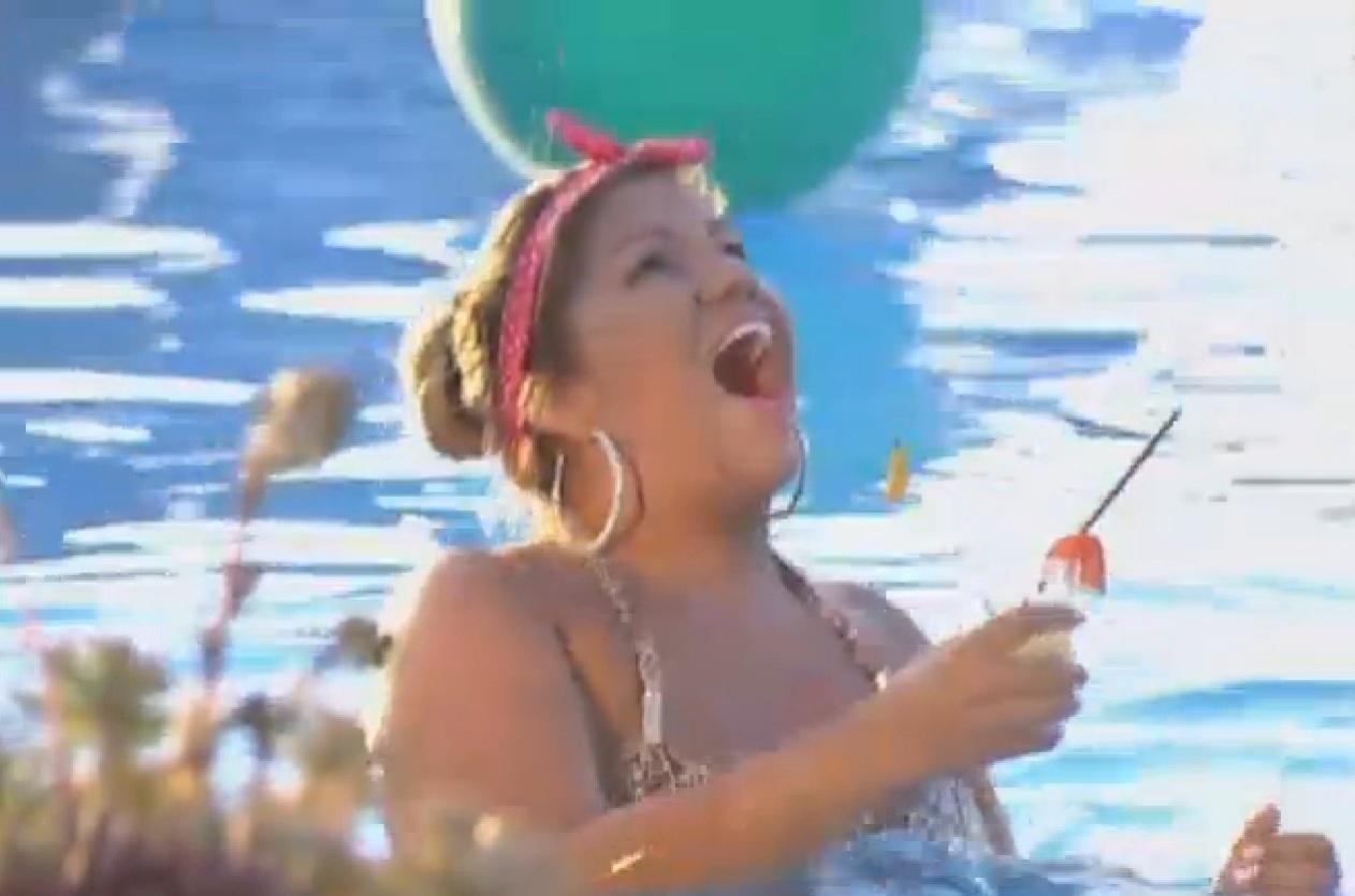 13.set.2013 - Mulher Filé se diverte durante festa na piscina