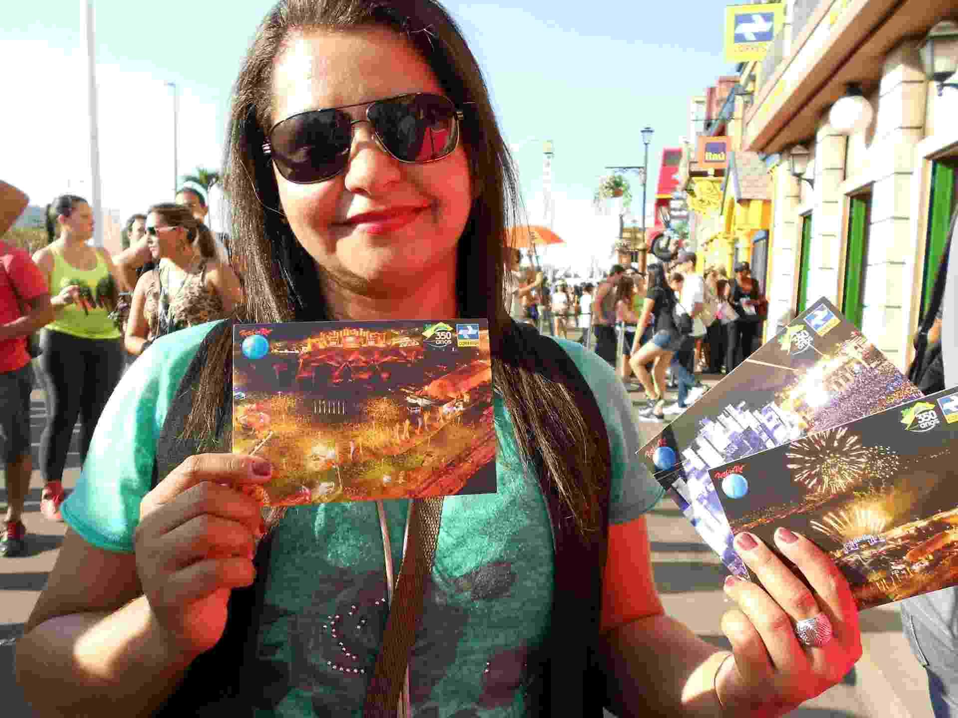13.set.2013 - Na Rock Street, público envia cartão postal - Fabíola Ortiz/UOL