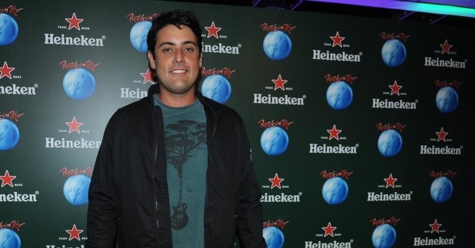 13.set.2013 - O apresentador Bruno de Luca, que recentemente deixou a TV Globo, permanecendo apenas no canal Multishow, chega para curtir camarote do festival