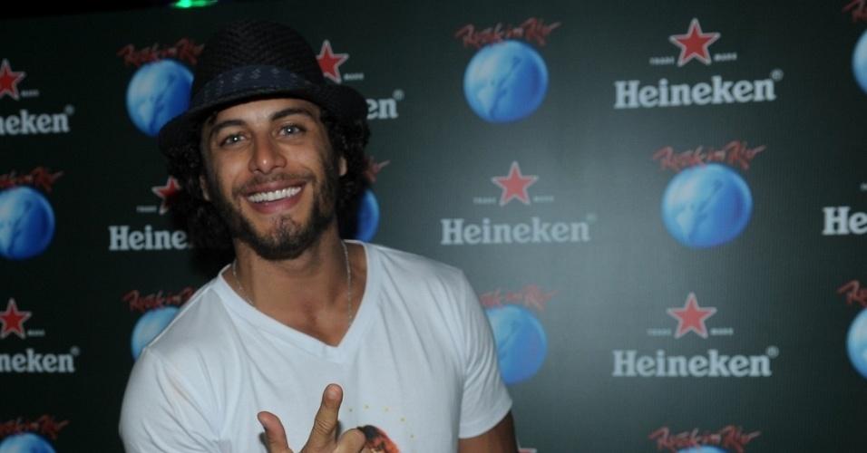 13.set.2013 - O DJ e também ator Jesus Luz curte a primeira noite do festival, que tem David Guetta e Beyoncé