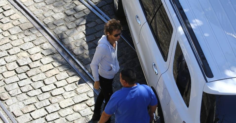 13.set.2013 - O músico Matthew Bellamy, do Muse, chega ao hotel Santa Tereza, no Rio de Janeiro. Sua banda se apresenta neste sábado (14). Ele veio ao Brasil acompanhado da mulher, a atriz Kate Hudson.