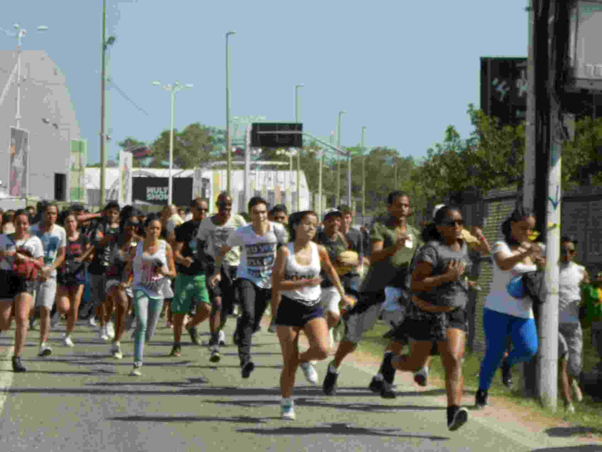 13.set.2013 - Público corre em direção às catracas para entrar no primeiro dia de Rock in Rio - Fabíola Ortiz/UOL