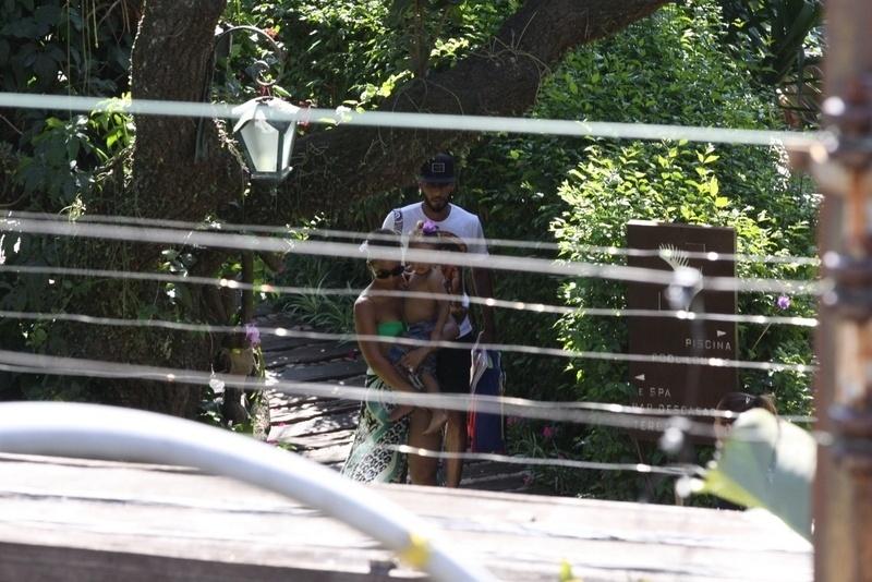 13.set.2013- Alicia Keys é flagrada na piscina do hotel em  Santa Teresa com o filho Egypt e o marido, o rapper Swizz Beatz