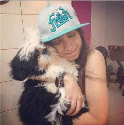 13.set.2013- Anitta abraça o cachorro Alfredo, da raça Shih-Tzu