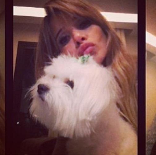 13.set.2013- Dany Bananinha posa com a cachorrinha Pitchuca da raça maltês