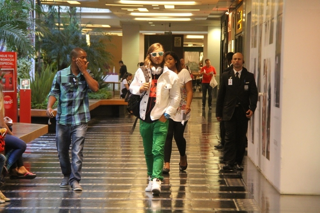13.set.2013- David Guetta circula de óculos escuros e calça verde por shopping na Zona Sul do Rio