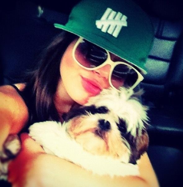 13.set.2013- Giovanna Lancellotti  abraça seu cãozinho Marley da raça shih tzu