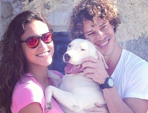 13.set.2013- José Loreto com Débora Nascimento comemora a volta de sua cadelinha Brisa, que fugiu e foi encontrada após mobilização em redes sociais