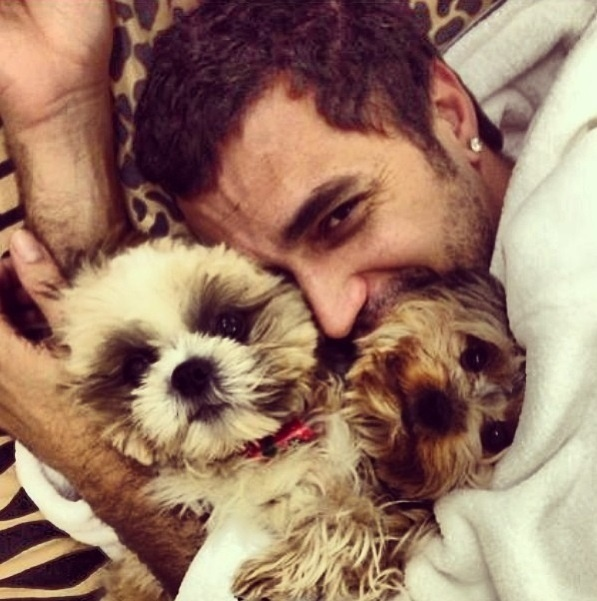 13.set.2013- Latino se declara com frequência para seus cachorrinhos de estimação