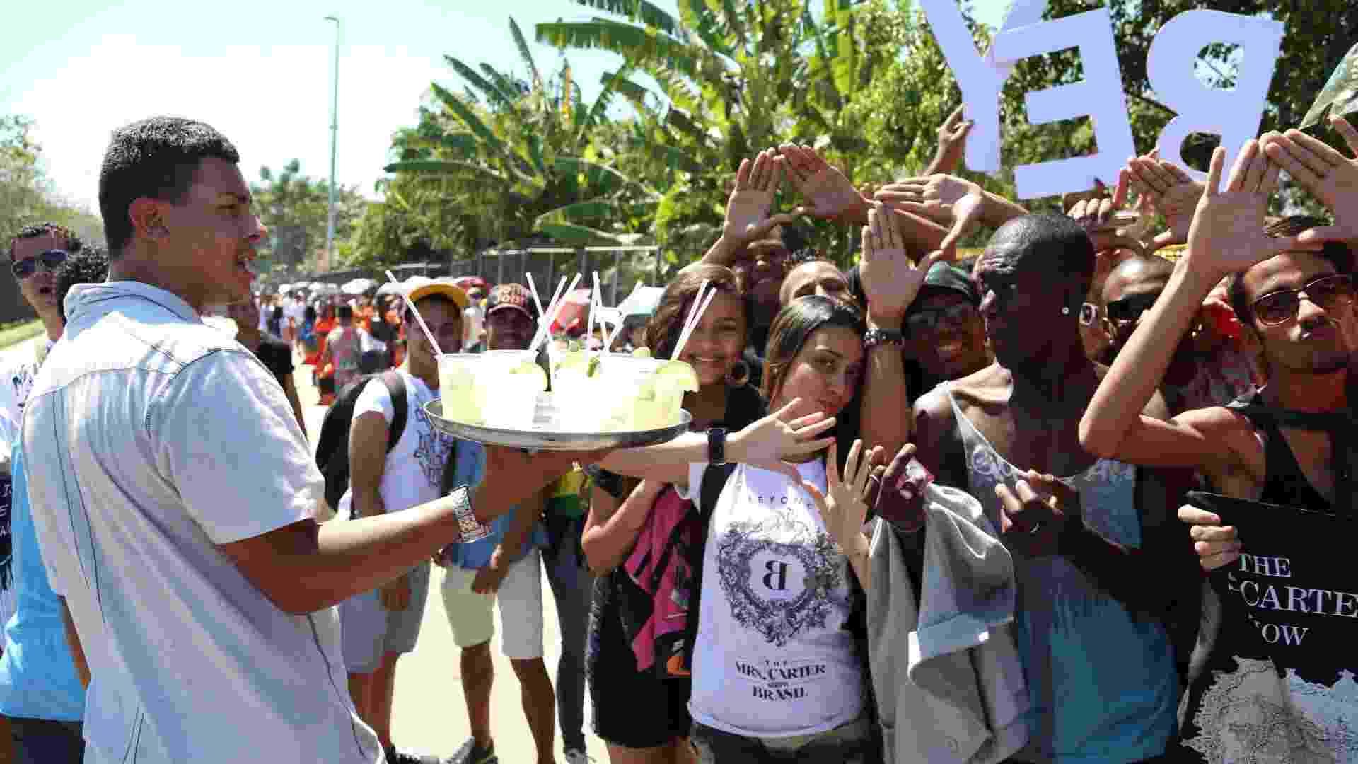 13.set.2013 - Igor da Silva, vendedor de caipirinhas, aproveita para lucrar na fila do Rock in Rio com o forte calor - Fernando Maia/UOL