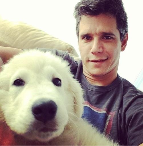 13.set.2013-Márcio Garcia posa com Lola: