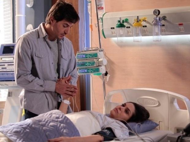 """Em """"Amor à Vida"""", Thales teme que Leila fique paralítica"""