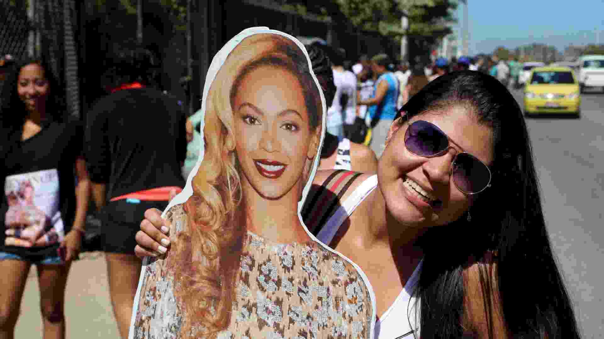 13.set.2013 - Na fila do Rock in Rio, Yasmim Passos carrega foto gigante da cantora Beyoncé no primeiro dia de evento - Fernando Maia/UOL