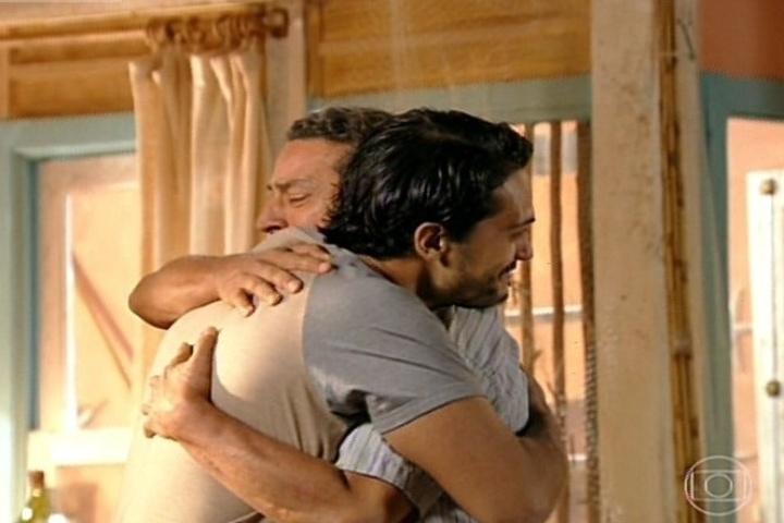 flor do caribe - helio abraça o pai